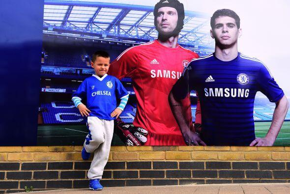 Este símpatico pequeño aficionado del Chelsea posó junto a la foto de su...