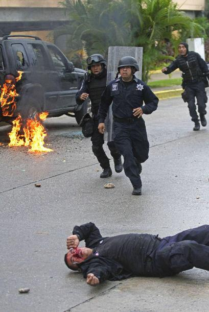 A lo largo de Bulevar los manifestantes le prendieron fuego a una camion...