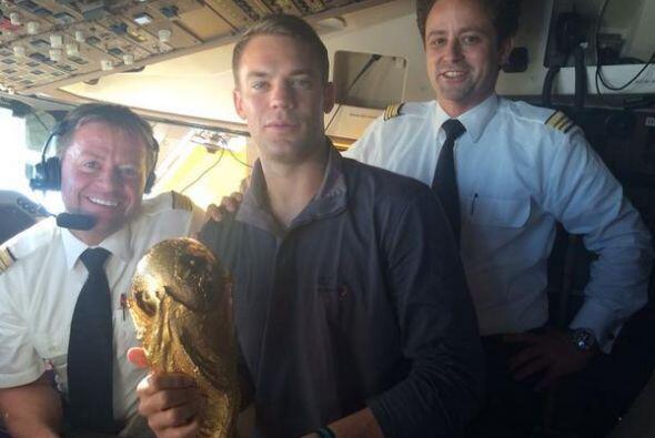 Manuel Neuer, el portero Campeón con Alemania, subió esta foto con la Co...