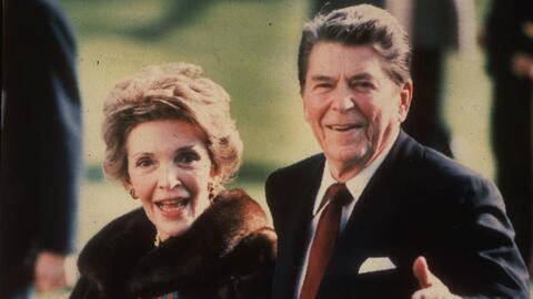 En esta imagen de diciembre de 1986, la primera dama Nancy Reagan, carga...