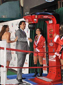 El actor chileno se entretuvo con la pera de box que había al inicio del...