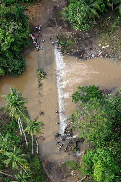 """Antes de alejarse del Caribe, """"Tomás"""" lanzó lluvias torrenciales en este..."""