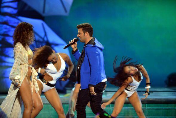 En el escenario estuvo rodeado por hermosas bailarinas. ¡Envidia d...