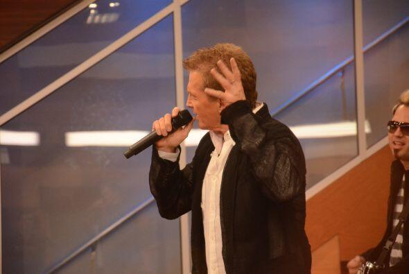 Adrián estaba feliz de conocer al cantante mexicano y los chicos no para...
