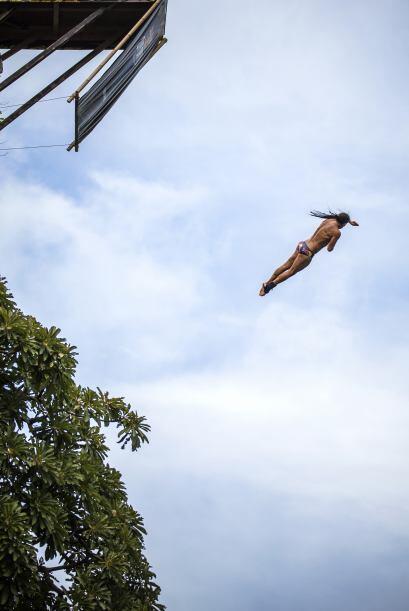 Orlando Duque, de Colombia, se lanza desde una roca de 25 metros de altu...