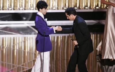 Prince le entregó el Oscar al uruguayo Jorge Drexler en 2005.