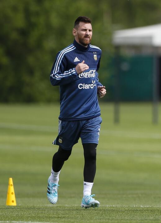 Lionel Messi ya se entrena con la selección de Argentina, previo a los d...