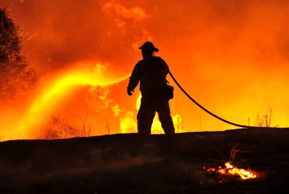 Un bombero lucha contra las llamas en California.