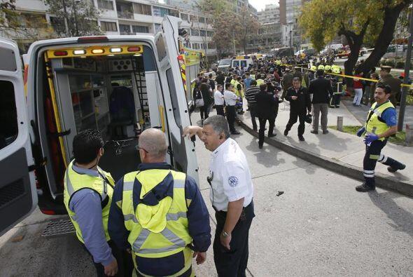 Policías, bomberos y paramédicos atendieron la emergencia mientras el lu...