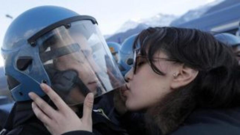 Nina de Chiffre en el momento en el que besa el casco del policía. (Foto...