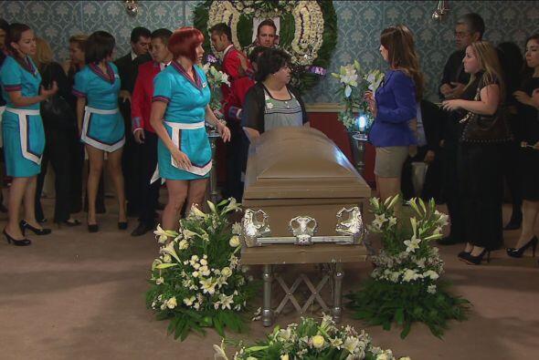 El funeral comenzó y la mamá del Vítor ayudó...