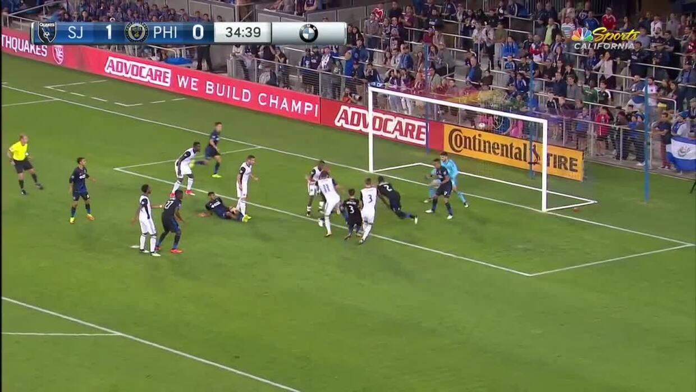 Defensa San Jose no puede despejar y Jack Elliot los castiga con el gol...