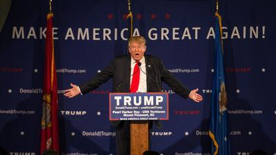 Un presentador se enoja y corta abruptamente una entrevista con un Trump...