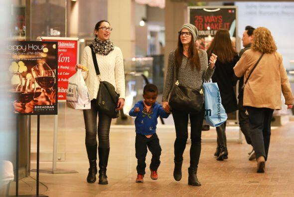Sandra y una amiga salieron de compras a un centro comercial. Mira aqu&i...