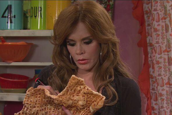 Doña Rosy aprovechó para que Lucía le autografiara su chicharrón.
