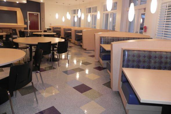 La amplia cafetería-comedor general  del edificio, donde los pacientes y...
