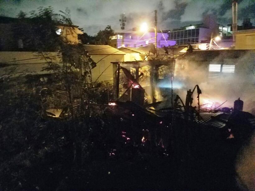 Cuatro casas se incendiaron esta noche en las calles Mariana y Eduardo &...