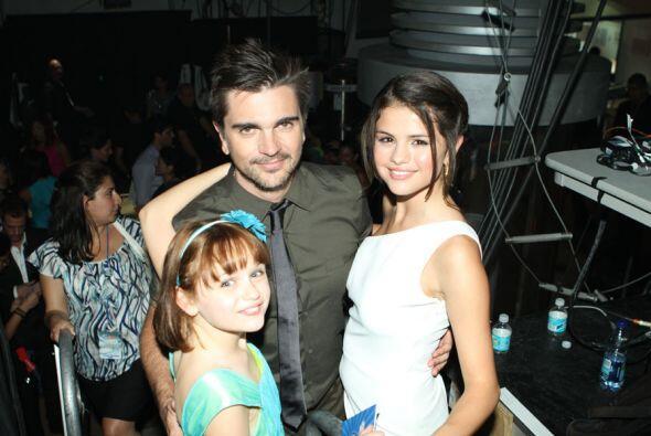 Juanes y Selena Gomez juntitos en los pasillos de Premios Juventud.
