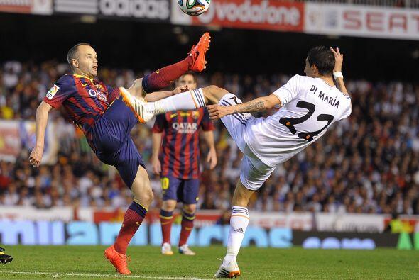 El partido comenzó con el Real MAdrid controlando el balón y Barcelona d...