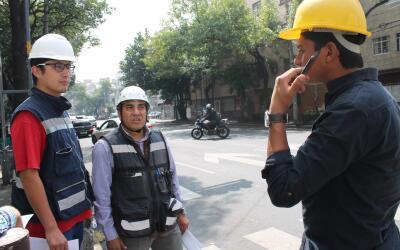 Francisco Soriana, al medio, espera instrucciones para saber dónd...