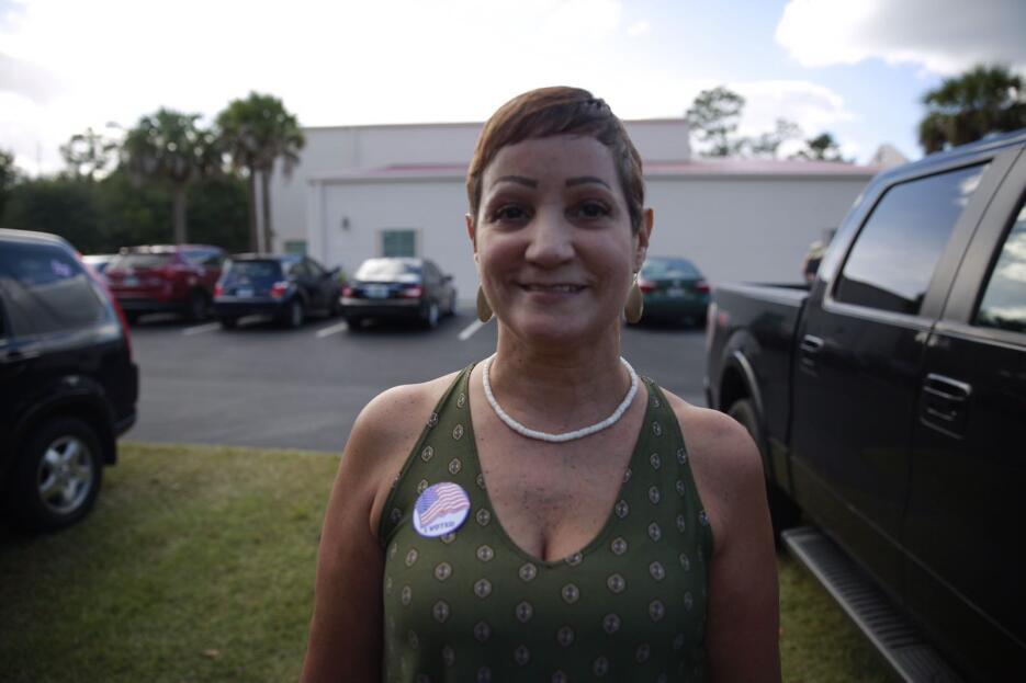 Aunque su esposo voto por Trump, Lucy Davila, de 52 años, también apoyó...