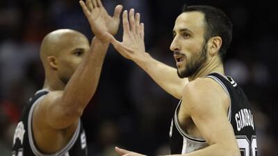 Gracias al desempeño de Manu Ginóbili, quien anotó 27 puntos, los Spurs...