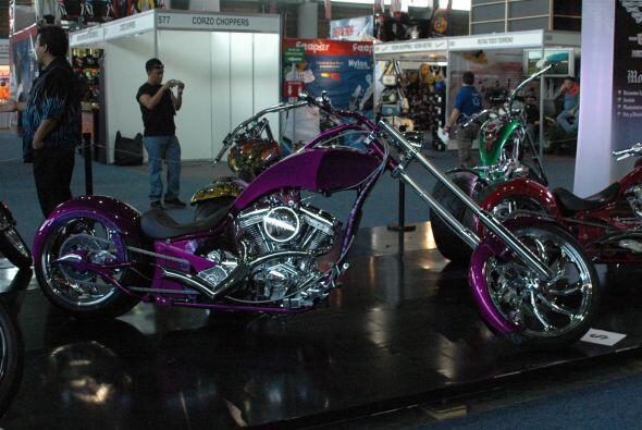 Una moto muy ruda con un diseño de pintura sumamente femenino; combinaci...