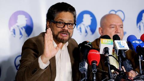 Los miembros del Estado Mayor de las FARC Luciano Marín (izquierda), ali...