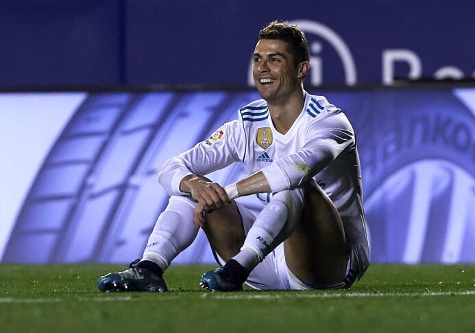 Cristiano Ronaldo no pudo anotar y terminó viendo el partido en el banco...