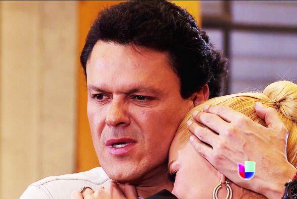 Salvador la reconfortó entre sus brazos y le juró que jam&...