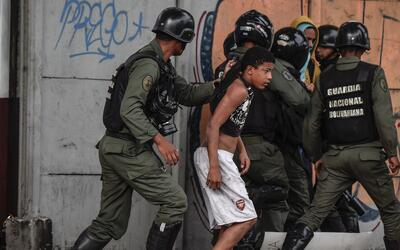 Activistas anti gubernamentales son arrestados por miembros de la Guardi...