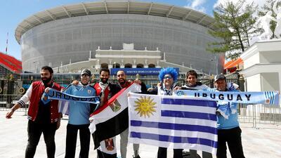 Uruguayos y egipcios prendieron el ambiente en las afueras del Ekaterinburgo Arena