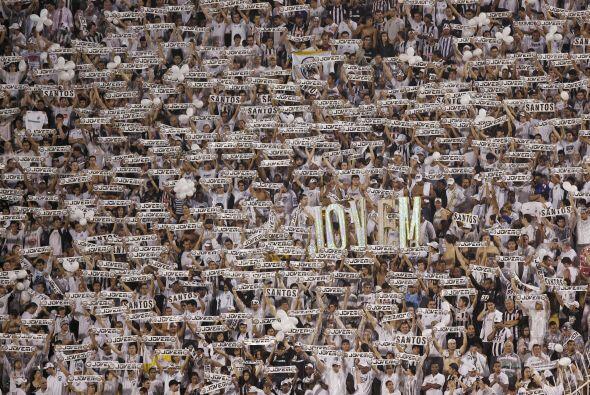 Imponente imagen de la hinchada del Santos en el estadio Pacaembú, de Sa...