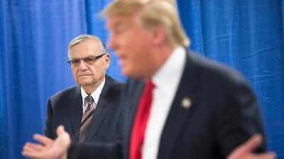 El exalguacil Joe Arpaio acompaña a Trump en Iowa durante su campaña.
