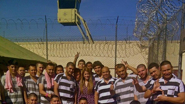 """Andrea Sambucetti junto a detenidos en la cárcel """"Tent City"""" d..."""