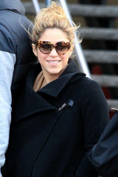 Antes de abordar su automóvil Shakira regaló una sonrisa a las cámaras.