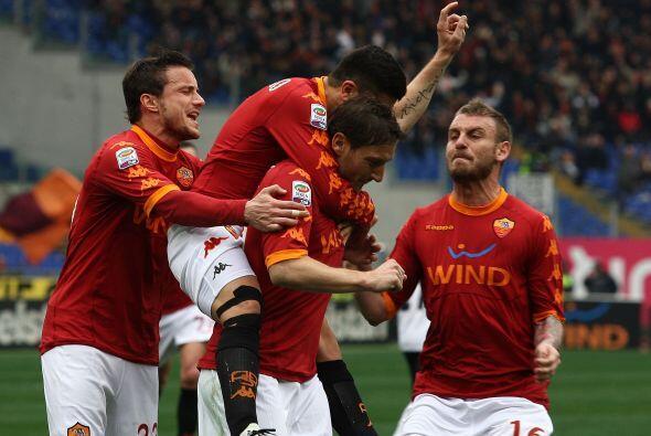 El 'capitano' de los romanos lo convirtió y puso el 1-0.