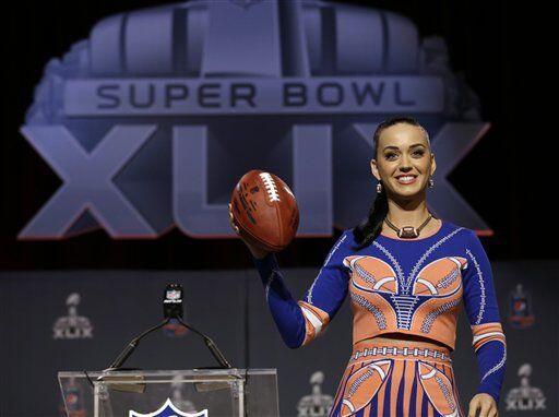 Elogiada por su vestuario, Perry modeló a los medios (AP-NFL).