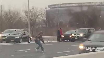 Lluvia de billetes: choques y caos vial en Nueva Jersey por falla en camión que transportaba dinero