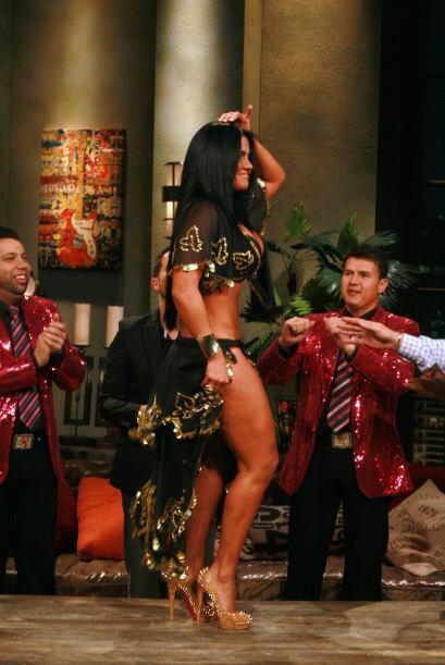 La banda El Recodo quedó fascinada con el sexi baile de la modelo