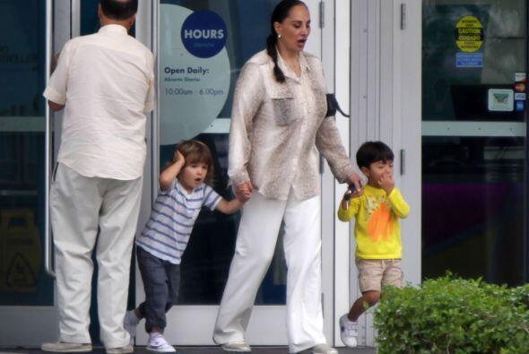 La señora llevó al nieto y a un amiguito al cine, para dejar que Pau des...