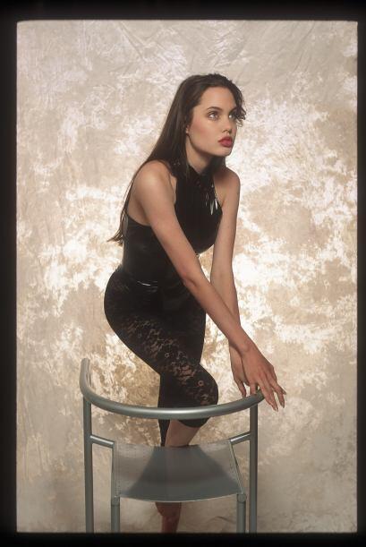 Y Angelina le posó con varios outfits.