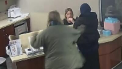 En video: El brutal ataque a una mujer musulmana en un centro médico de Michigan