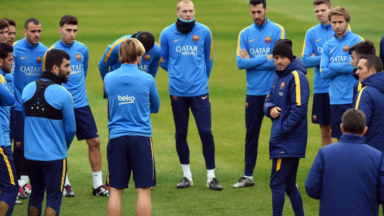 Luis Enrique dirigiendo un entrenamiento del Barcelona.