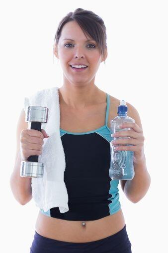 ¡Haz 'bíceps' con botellas de agua! Ahórrate las pes...
