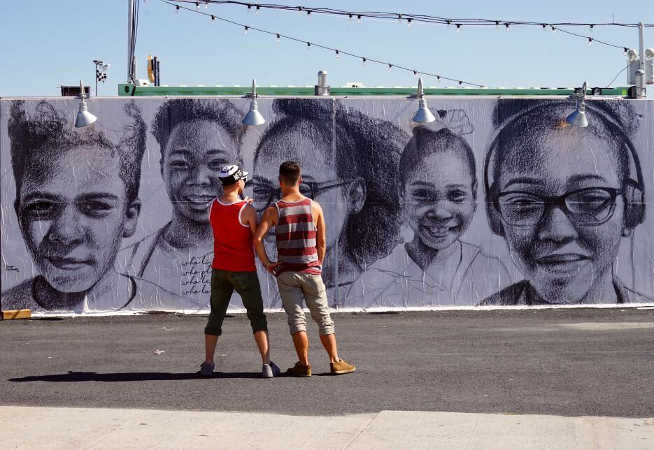 Los visitantes van descubriendo los murales y disfrutando el aire marino.