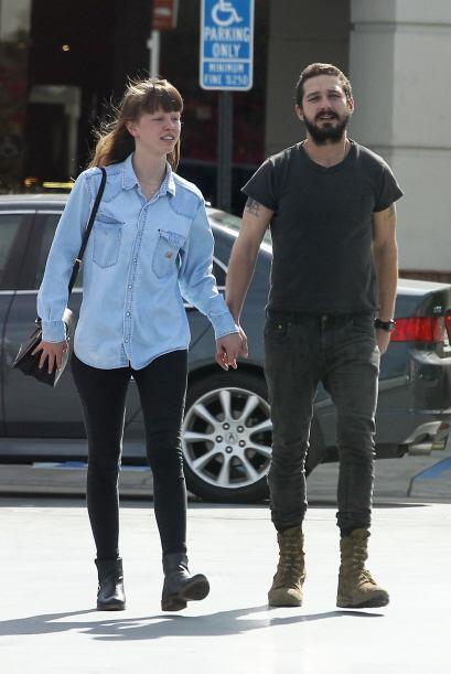 ¡Así de acarameladito lo vimos pasear con su novia Mia Goth!