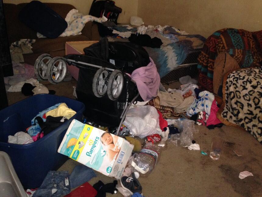 Una caja de pañales resalta entre los desechos encontrados en la sala de...