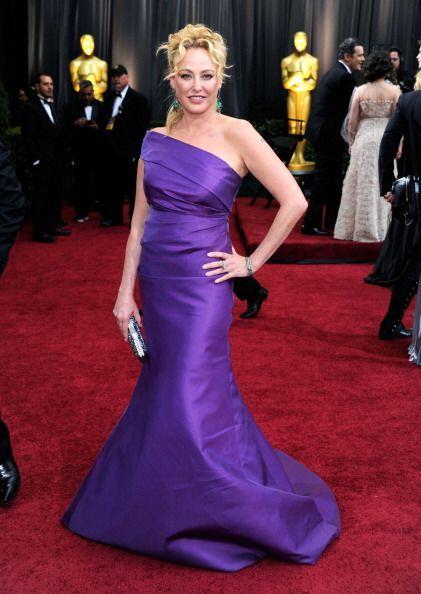 El vestido de Virginia Madsen hubiera lucido muy padre desfilando por la...