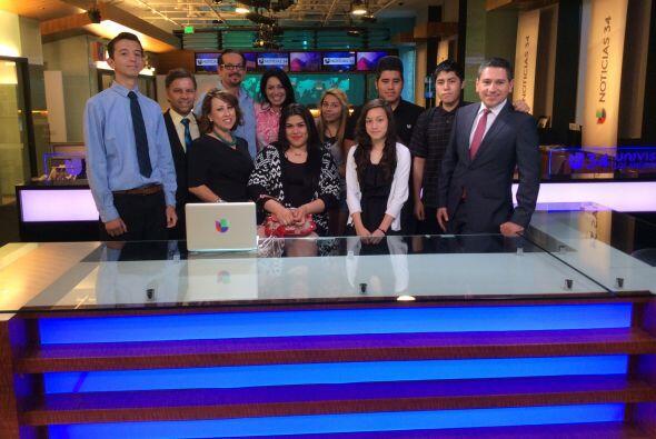 El equipo de Univision Los Ángeles junto a los alumnos de Junior Achieve...